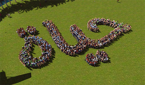 draw-with-hundreds-of-people-seen-from-above-thum